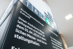 The analog parts of the information columns are also flexibly exchangeable, making the system – together with kompas digital signage – a high-performance wayfinding system (source: Messe Dortmund / Ja